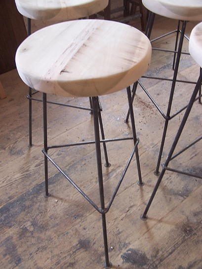 Reclaimed wood bar stools ftw the dirty baker 39 s dozen for Sillas para desayunador